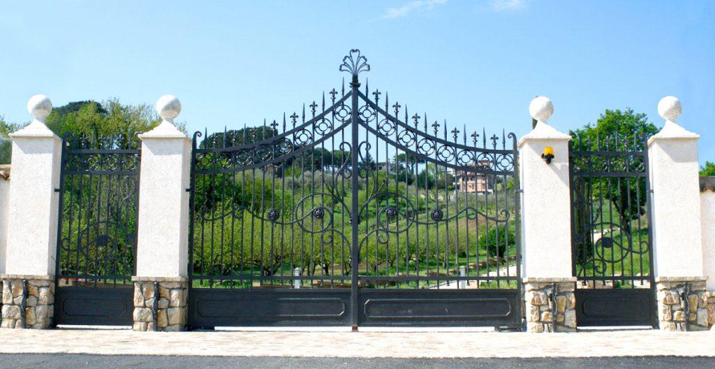 Foto di un elegante cancello in ferro d'ingresso per Villa Relais Reggimenti, carrabile, centinato, con due cancelletti pedonali.