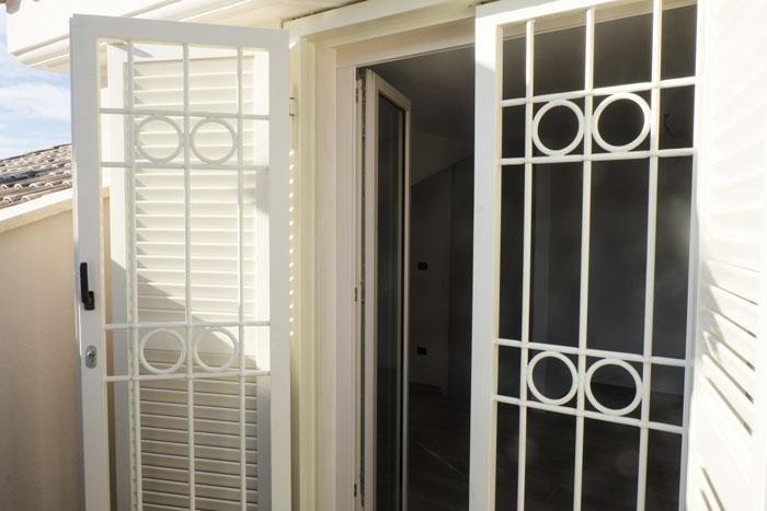 Foto di una finestra aperta con la grata combinata alla persiane blindata.