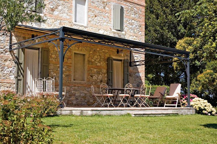 Foto di una tettoia esterna per giardino di una villa.